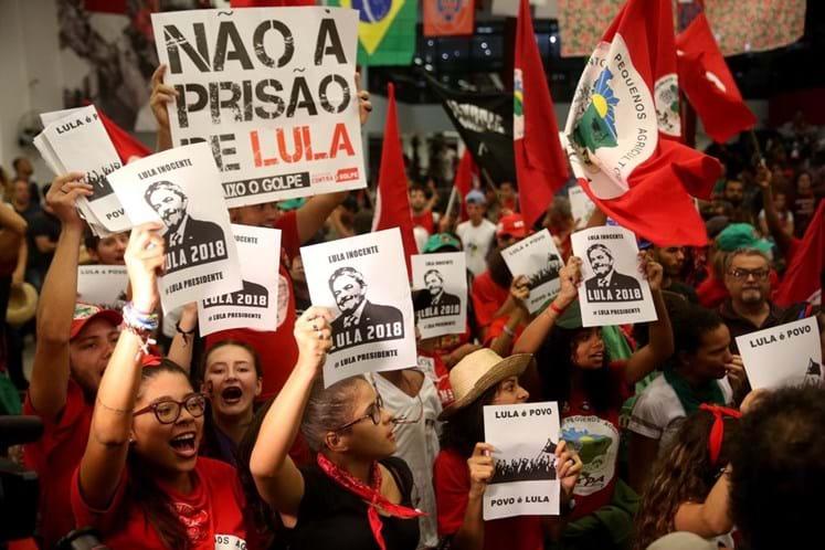 Militância do PT a espera Lula na Polícia Federal de Curitiba