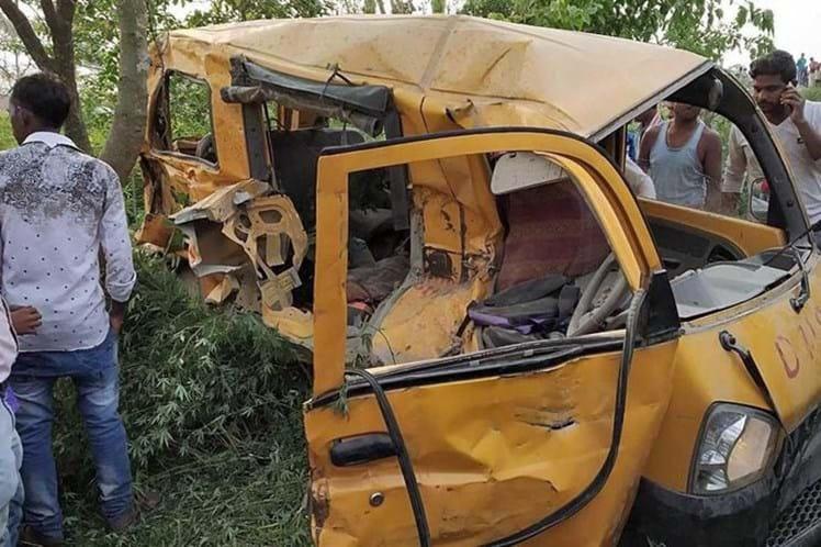 Colisão de trem com van escolar mata 13 crianças na Índia