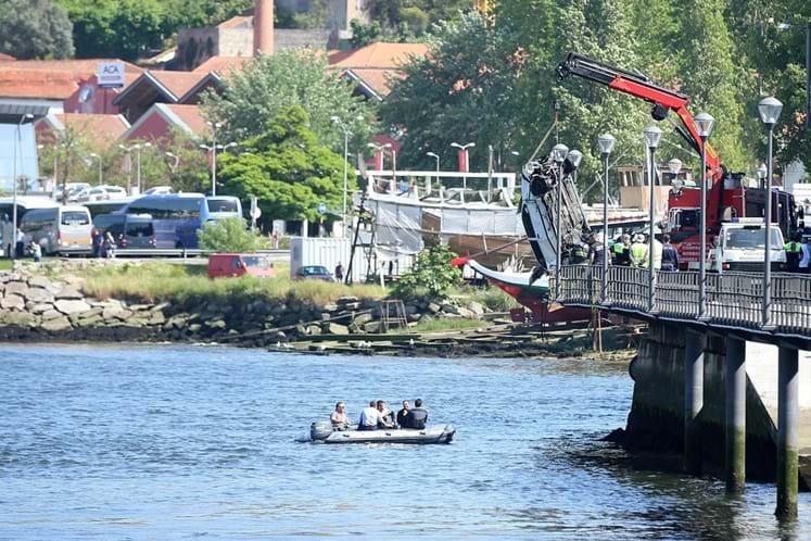 Carro despista-se e cai ao Rio Douro. Mergulhadores procuram vítimas
