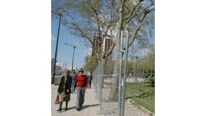 Vedação impede acesso ao jardim do Campo Pequeno, em Lisboa