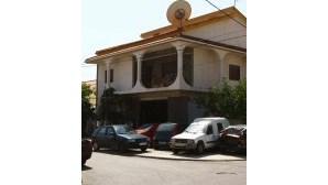 Oficina repara e pinta automóveis em ruas da Quinta do Conde