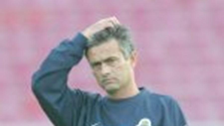 Mourinho vai contar com Deco, McCarthy e Costinha no onze