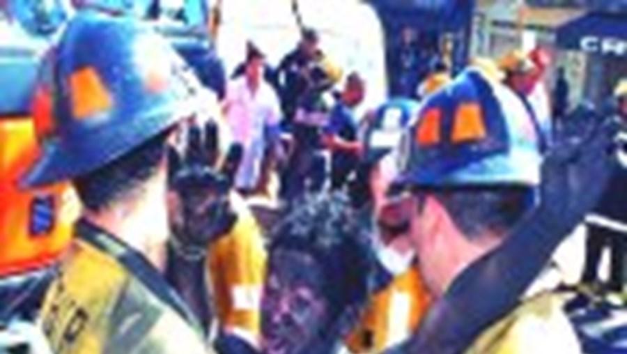 Um dos feridos é resgatado pelos bombeiros