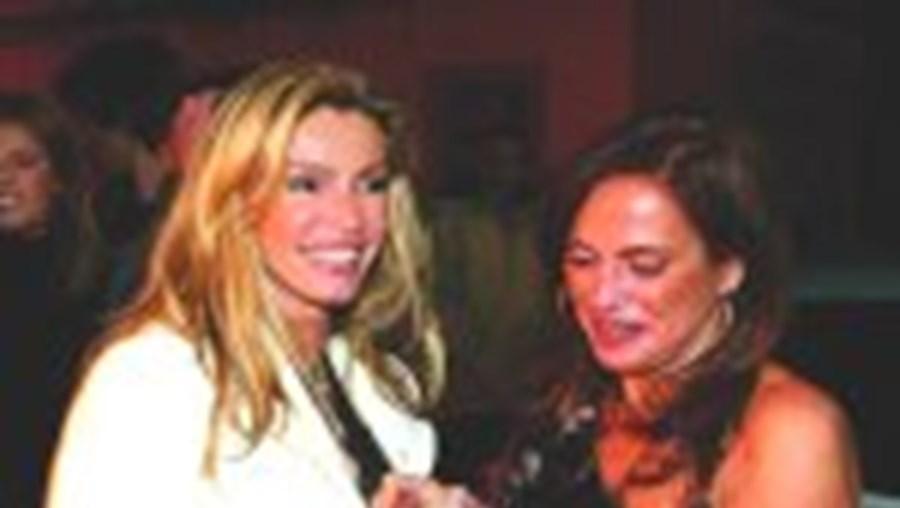 Cinha Jardim abraçou a irmã Xenica assim que desceu do carro e matou saudades do amigo e responsável pela DXL, David Simões