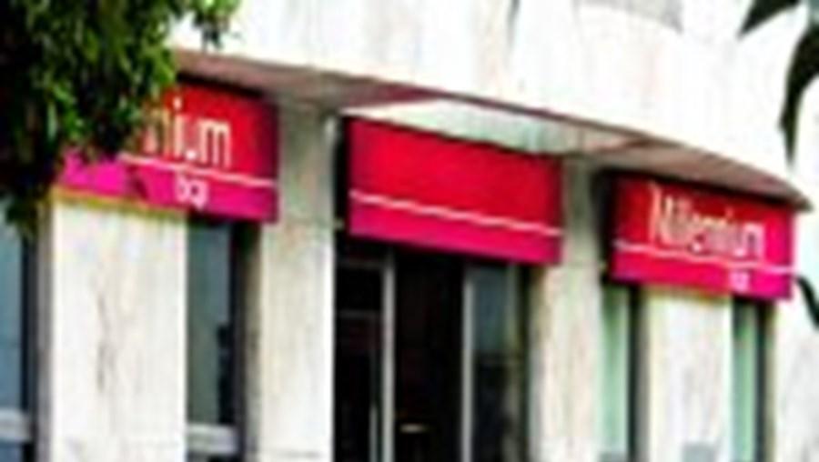 Um homem barricou-se no banco armado com uma pistola