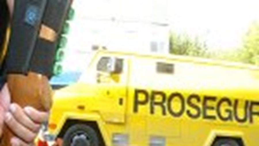 Na troca de tiros entre gatunos e a PSP, um dos pneus da carrinha foi furado