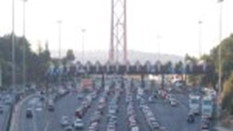 O trânsito estava intenso mas sem paragens na Ponte 25 de Abril