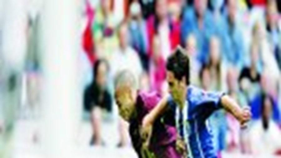 Postiga e Henry lutam pela posse de bola na Arena de Amesterdão num duelo interessante
