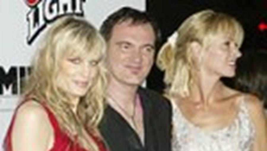 Tarantino rodeado por Daryl hannah (esquerda) e Uma Thurman