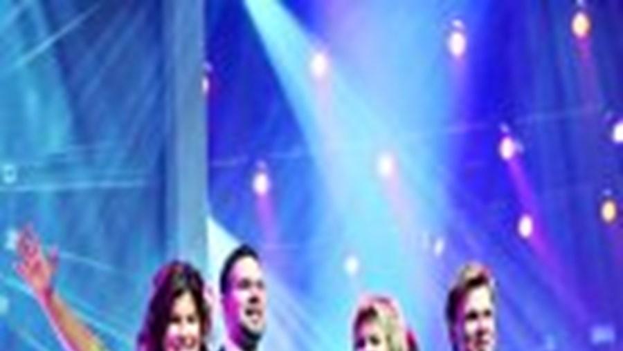 O trio de suecos que ganhou a Eurovisão, com o representante da Universal Music da Suécia (à dir.)