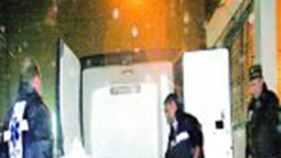 Os cadáveres de António Peralta, 68 anos, da mulher Rosa, 65, e da filha Rosária, 40, só foram retirados de casa, para o Instituto de Medicina Legal, pelas 02h30 de ontem– cinco horas após terem sido descobertos