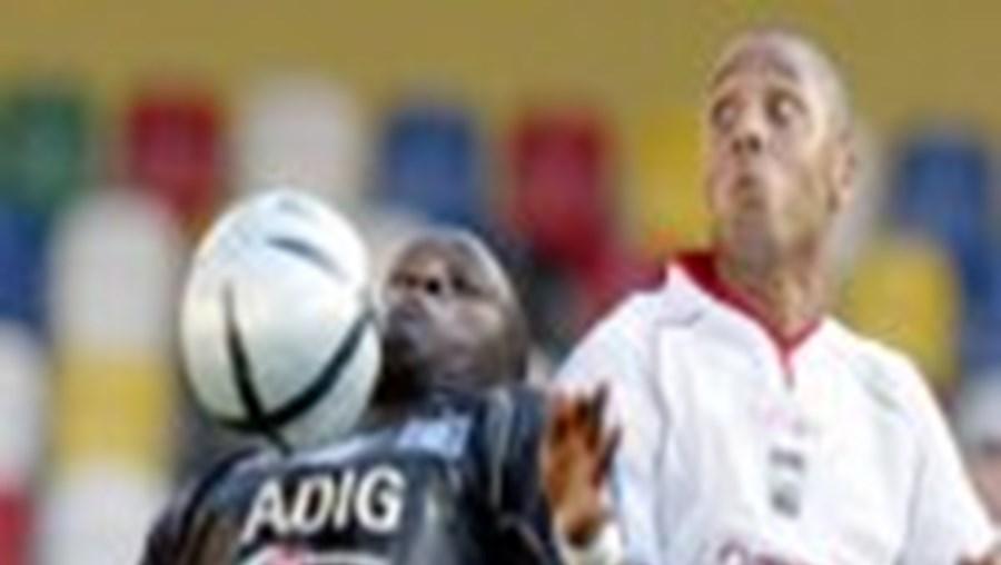 O leiriense Kata em despique com Guy Demel: a equipa alemã confirmou favoritismo