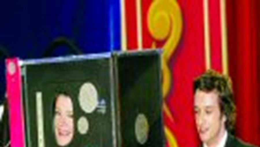 Coube a Júlia Pinheiro e José Pedro Vasconcelos realizarem magia no início do Circo das Celebridades que conta com o apoio de Vítor Cardinalli