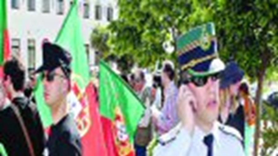 Os cerca de 60 manifestantes estiveram sempre sob o olhar atento dos militares da GNR, que receavam uma contra-manifestação