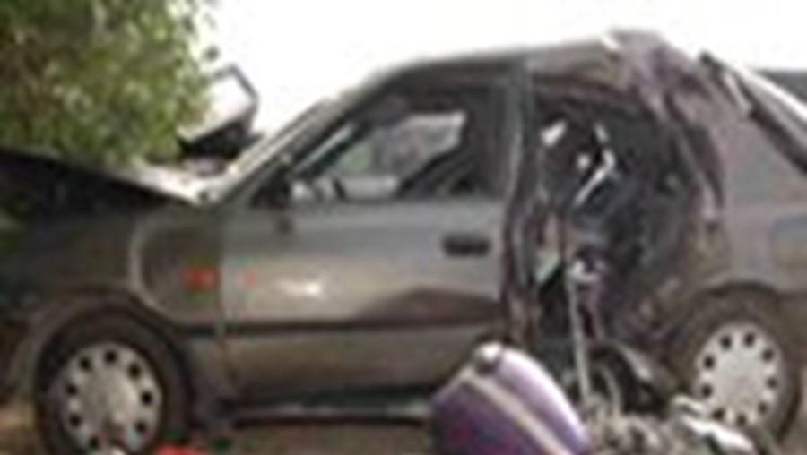 As duas motas e a viatura ligeira envolvidas na colisão, na EN 264, ficaram totalmente destruídas