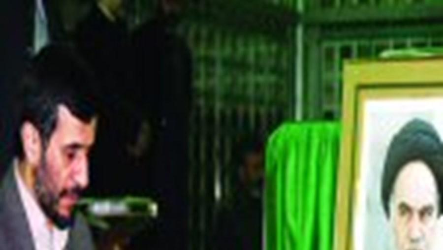 O presidente Ahmadinejad em oração junto ao túmulo de Khomeini