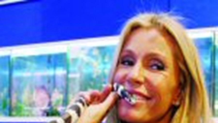 Cinha Jardim beija a cobra rei da Califórnia, responsável pela confusão no canal de Queluz de Baixo