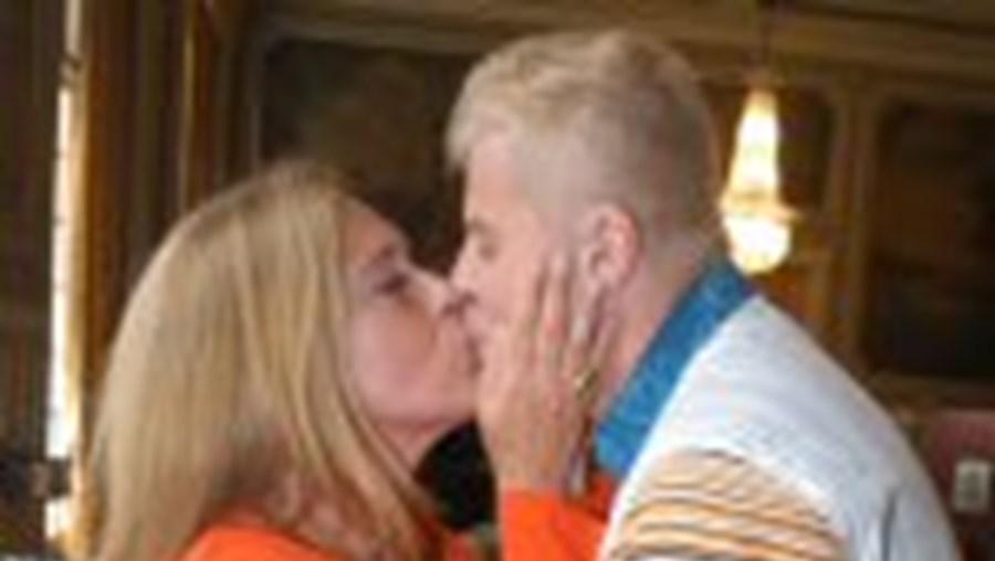 O beijo de Teresa Guilherme e Miguel Falabella, ontem, no Tivoli
