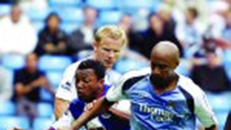 O extremo portista Alan tenta fugir a três adversários do Manchester City