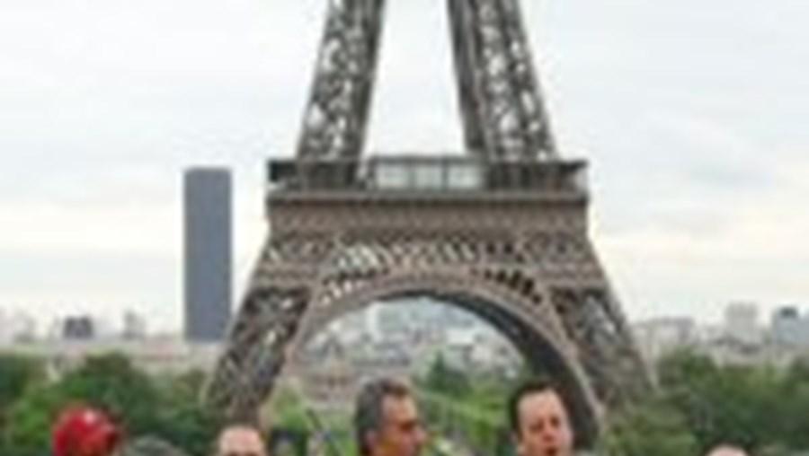 Adeptos ingleses  já fazem a festa em Paris... com bilhetes
