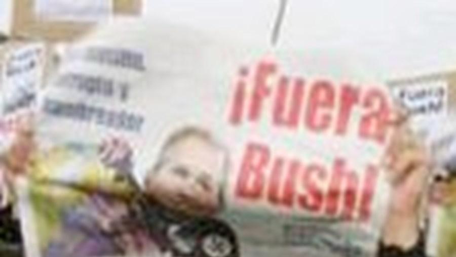 Protestantes argentinos marcham contra o presidente norte-americano George Bush