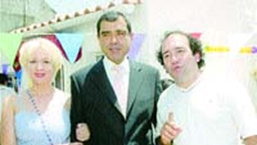 José Eduardo Moniz ladeado pelo casal Maria João Abreu/José Raposo