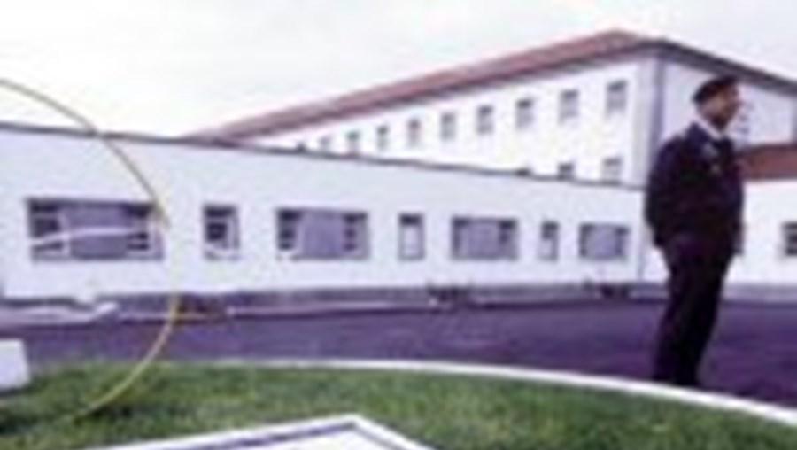 Os dois reclusos fugiram um dia depois de o ministro da Justiça, Alberto Costa, ter visitado a prisão