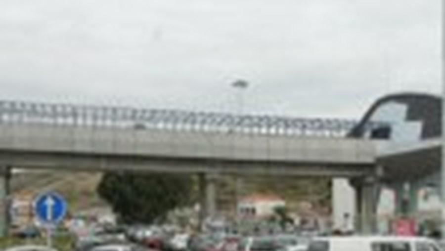 Faltam lugares para estacionar junto ao Metro no Sr. Roubado, em Odivelas
