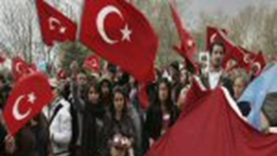 Jovens manifestam-se contra a candidatura presidencial de Gul