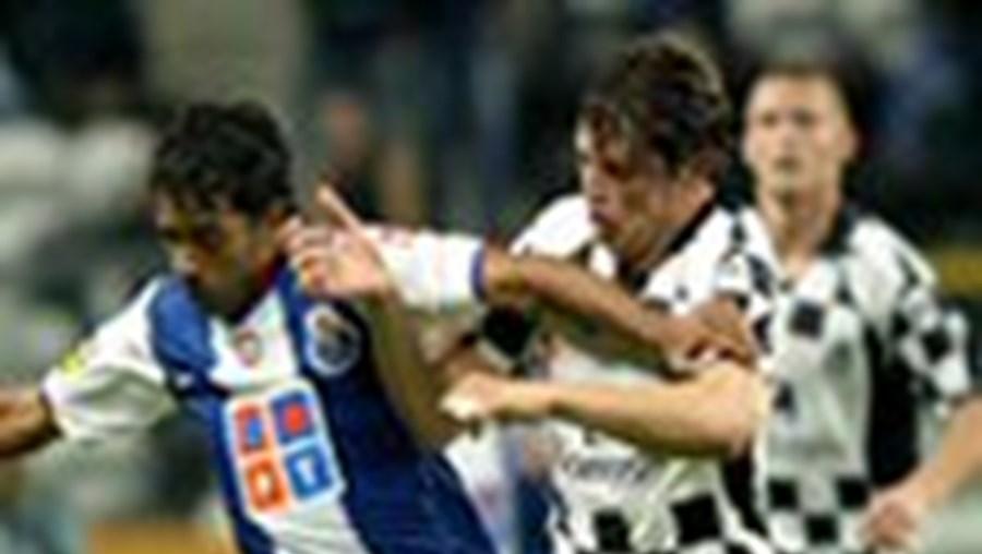 O portista Jorginho (à esq.) tenta passar por Ricardo Silva, autor do primeiro golo do Boavista
