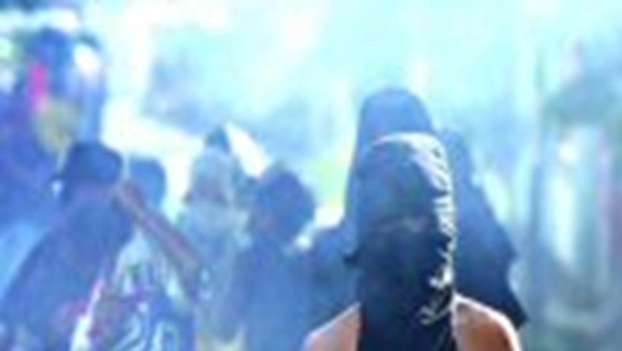 Grupos de civis armados dominam as ruas da capital. Saqueiam e queimam  casas. Forças australianas são barreira precária para deter a barbárie