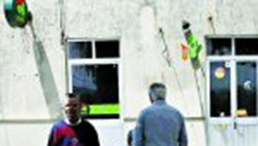 Clientes e amigos estiveram ontem à porta do café de Inês e Joaquim, mas não conseguiram encontrar o casal, que de manhã saiu da aldeia