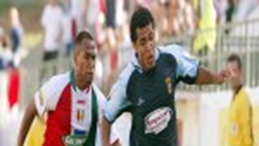 Bracarense Abel tenta impedir o veloz Manú de chegar à bola