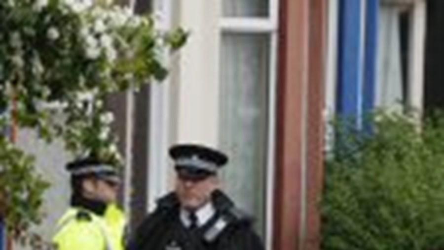 A polícia deteve três suspeitos e passou a pente fino várias residências em Glasgow, Liverpool e Staffordshire