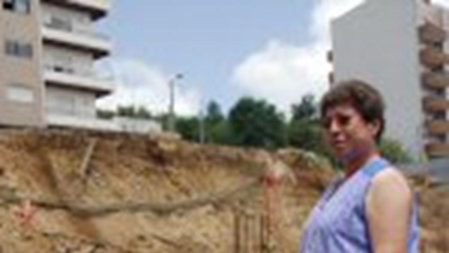A sucessão de aluimentos começa a deixar apreensivos os moradores dos prédios contíguos