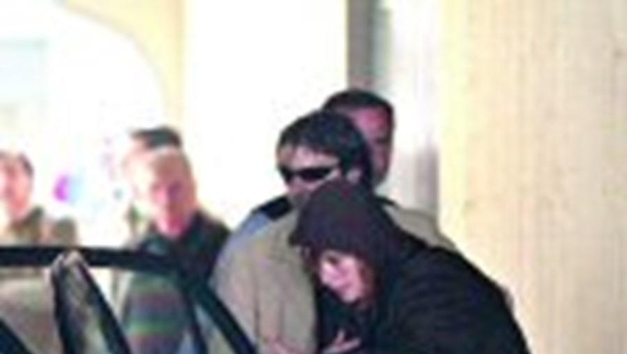 Alice, a raptora, no momento em que foi conduzida pelos agentes da Polícia Judiciária ao Tribunal de Penafiel
