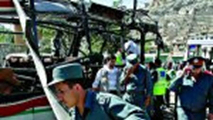 O autocarro foi parcialmente destruído pela bomba transportada por um suicida