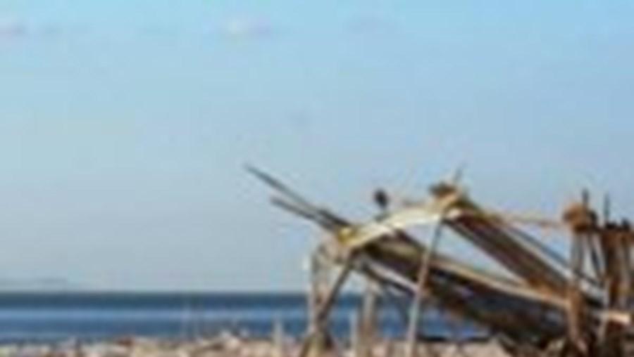 Praia do Bico do Mexilhoeiro, no Barreiro, está cheia de lixo