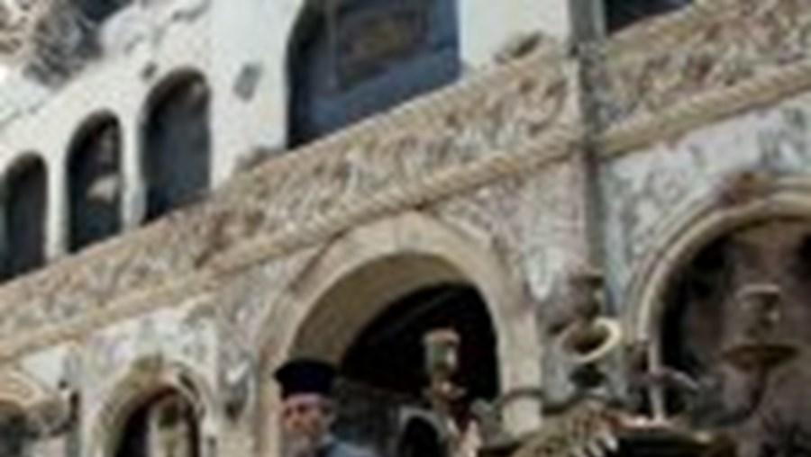 Uma igreja devastada pelas chamas na Península do Peloponeso, a mais afectada pelos incêndios