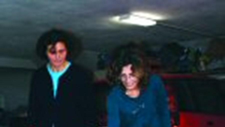 A tia e a avó de João, na garagem onde aconteceu o parto