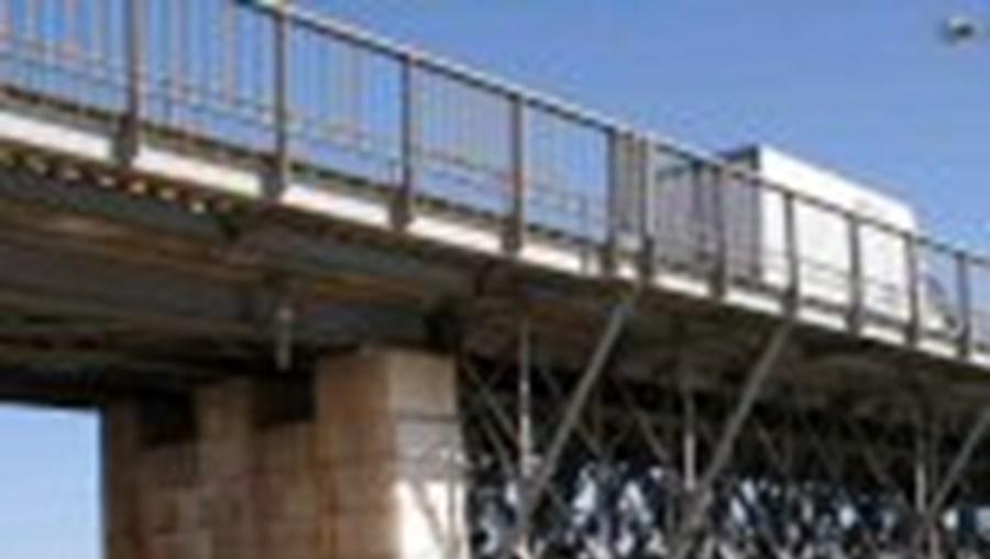 Pela Ponte Velha só podem passar peões e velocípedes sem motor