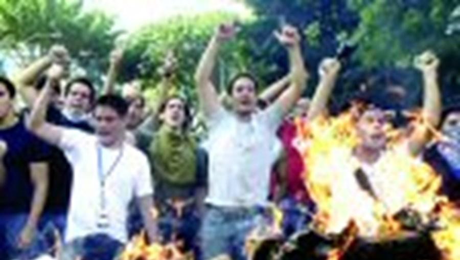 Os violentos protestos de estudantes resultaram em vários feridos