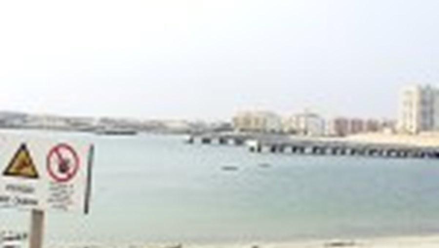 A zona nova do porto de pesca de Peniche já está alagada, mas os barcos não podem passar
