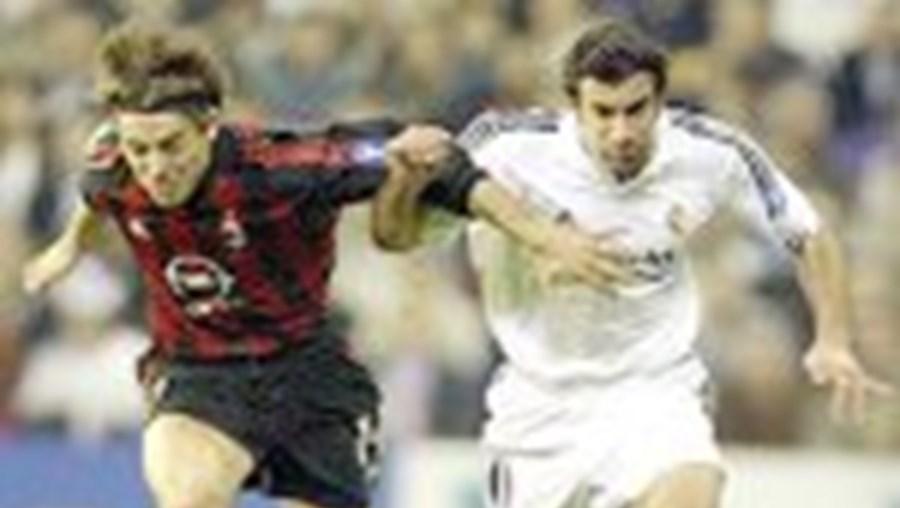 Luís Figo vai juntar-se à elite de cinco jogadores com 100 jogos