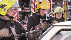 Mulheres ganham farda de bombeiros