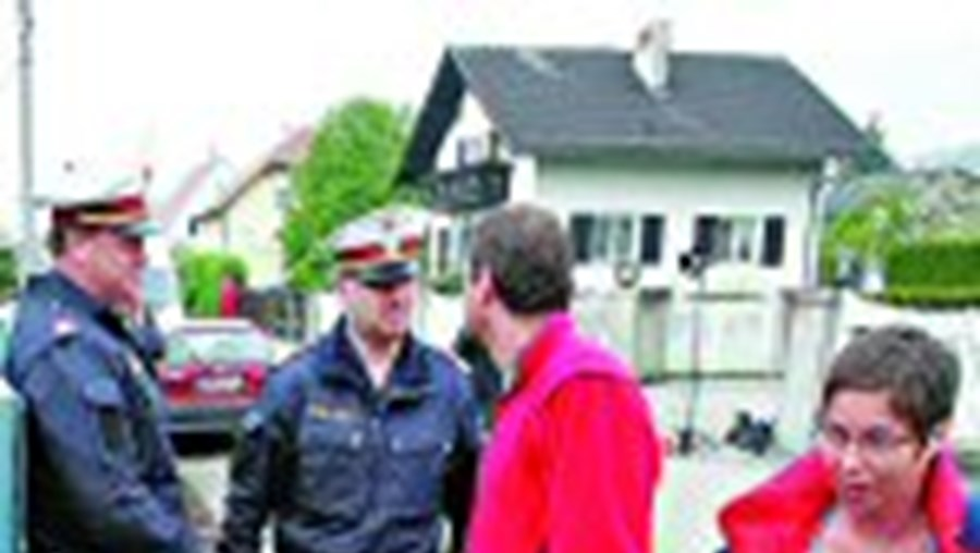 Autoridades continuam a fazer buscas na masmorra construída por Josef Fritzl