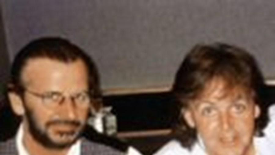 Ringo Starr (à esquerda) e Paul McCartney deverão voltar a tocar juntos