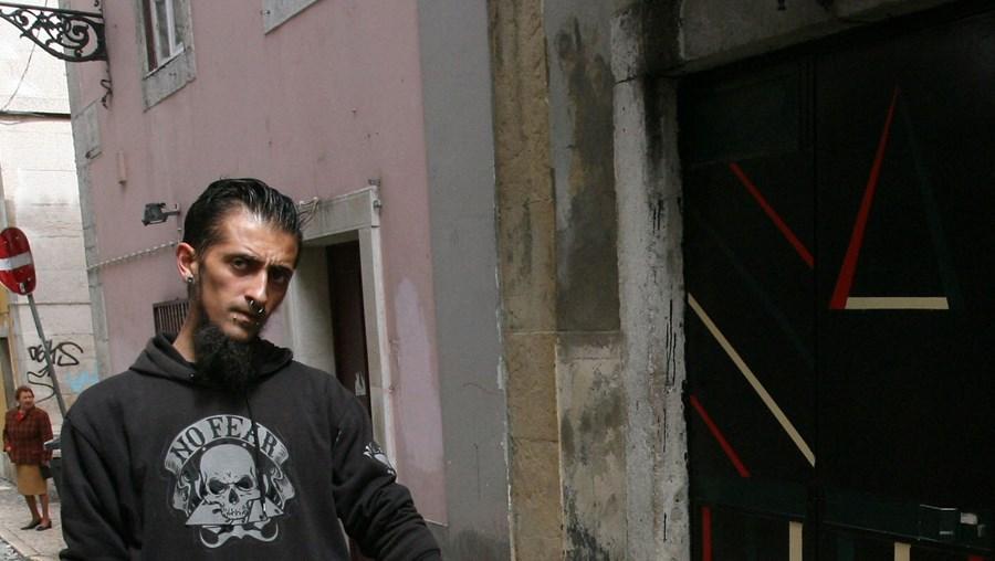 Um amigo mostra o local, no Bairro Alto, onde Banu foi assassinado