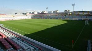 Campo de futebol para pagar ao Fisco