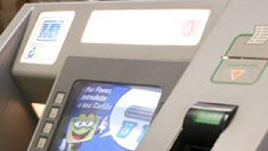 Portugueses poupam ao usar multibanco